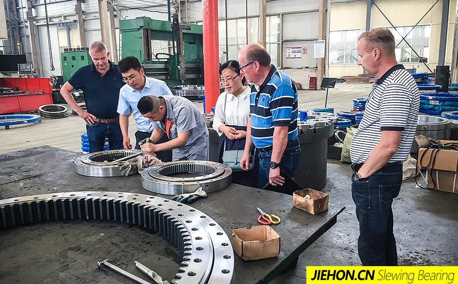 芬兰客户来厂考察回转支承生产进度